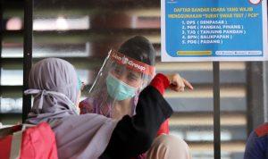 Calon penumpang pesawat saat menunjukkan surat hasil tes PCR di Terminal 2, Bandara Soekarno-Hatta, Tangerang, Banten, Rabu (11/6/2020). Bandara Soekarno-Hatta mengimbau penumpang yang hendak menuju Tanjung Pandan, Denpasar, Padang dan Balikpapan untuk menyiapkan surat negatif Covid-19 dari hasil tes PCR. Foto: (Dery Ridwansah/JawaPos.com) harga tes pcr turun