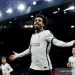 Penyerang Liverpool Mohamed Salah merayakan torehan trigolnya ke gawang Manchester United dalam laga lanjutan Liga Inggris di Stadion Old Trafford, Manchester, Inggris, Minggu (24/10/2021). (ANTARA/REUTERS/Phil Noble)