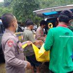 Personel Polsek Surade yang dibantu masyarakat saat mengevakuasi jenazah yang tewas saat berenang di Curug Cikaso, Desa/Kecamatan Cibitung, Kabupaten Sukabumi, Jabar pada Rabu, (6/10). ANTARA/Dok/FKSD Kabupaten Sukabumi.