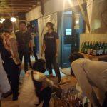 Personel Satuan Narkoba Polres Sukabumi saat menyita ratusan minuman keras yang dijual secara ilegal dari sebuah hotel merangkap resto yang berada di objek wisata Pantai Palabuhanratu, Kabupaten Sukabumi, Jabar. (ANTARA/Aditya Rohman)