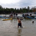 Sejumlah warga saat melakukan pencarian terhadap seorang bocah berusia lima tahun yakni Insan Fauzi yang terseret arus Sungai Palangpang, Desa Ciwaru, Kecamatan Ciemas, Kabupaten Sukabumi, (Antara/HO/Tim SAR)