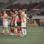Pemain Bali United duel dengan pemain Persik Kediri di Stadion Gelora Bung Karno di Jakarta, 27 Agustus lalu. Pertandingan tersebut disorot Komite Wasit PSSI karena ada dugaan pelanggaran regulasi FIFA. Foto: Baliutd.com.