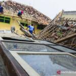 Ruangan SDN Bayur Kidul I Kecamatan Cilamaya Wetan, Kabupaten Karawang ambruk. (ANTARA FOTO/M Ibnu Chazar)
