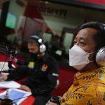 Sekda Jabar Ema Sumarna ketika mengisi acara di salah satu radio Kota Bandung