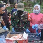 Petugas membawa jasad bayi yang ditemukan di selokan di Desa Cikondang, Kecamatan Bojongpicung, Cianjur, Jawa Barat, ke RSUD Cianjur, guna visum, Selasa (27/10). ANTARA POTO/Ahmad Fikri.
