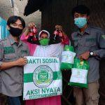 Anggota Gempa saat membagikan sembako kepada warga tidak mampu di Desa Cihanjuang, Kecamatan Cimanggung, Kabupaten Sumedang.