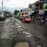 ILUSTRASI: Kondisi jalan di wilayah selatan KBB yang mengalami kerusakan parah.