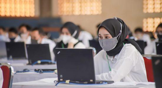 Peserta Calon Pegawai Negeri Sipil (CPNS) di Kota Cimahi menjalani tahapan Seleksi Kompetensi Dasar (SKD), Selasa (12/10).