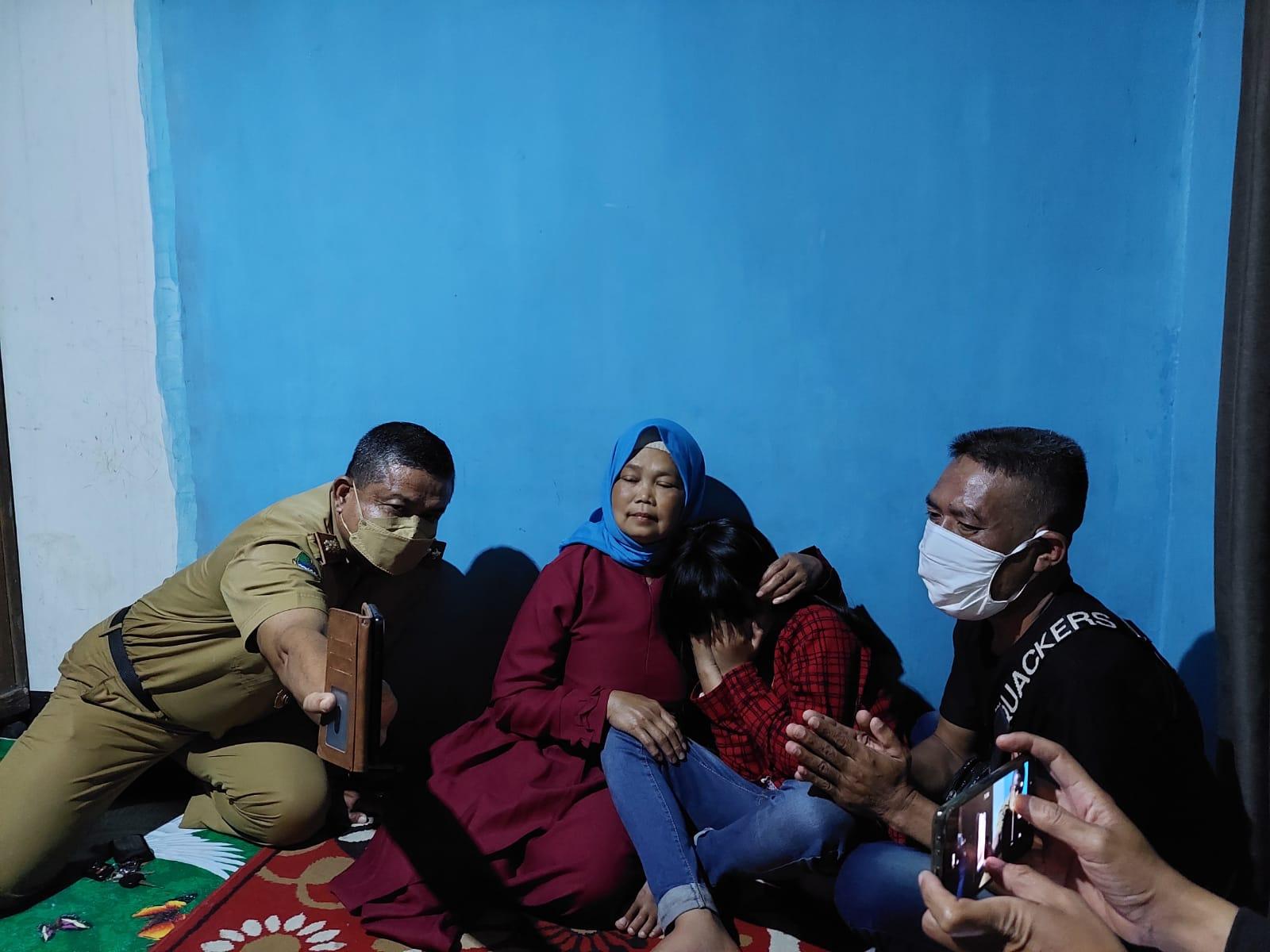 PULANG: Endik Sopandi, saat berkumpul bersama keluarga setelah dipulangkan dari Malaysia.