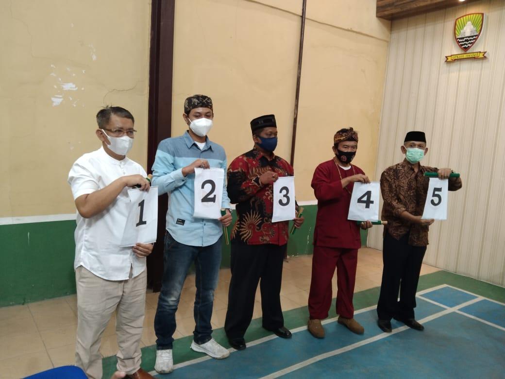 Calon Kepala Desa Sawahdadap (Incumbent) Nomor 5, Suganda (ujung kanan) usai lakukan tahap penomoran pada Senin (11/10).
