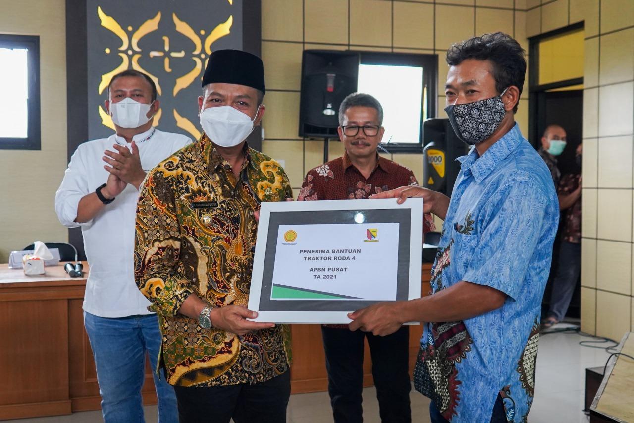 Bupati Bandung, Dadang Supriatna (kiri).