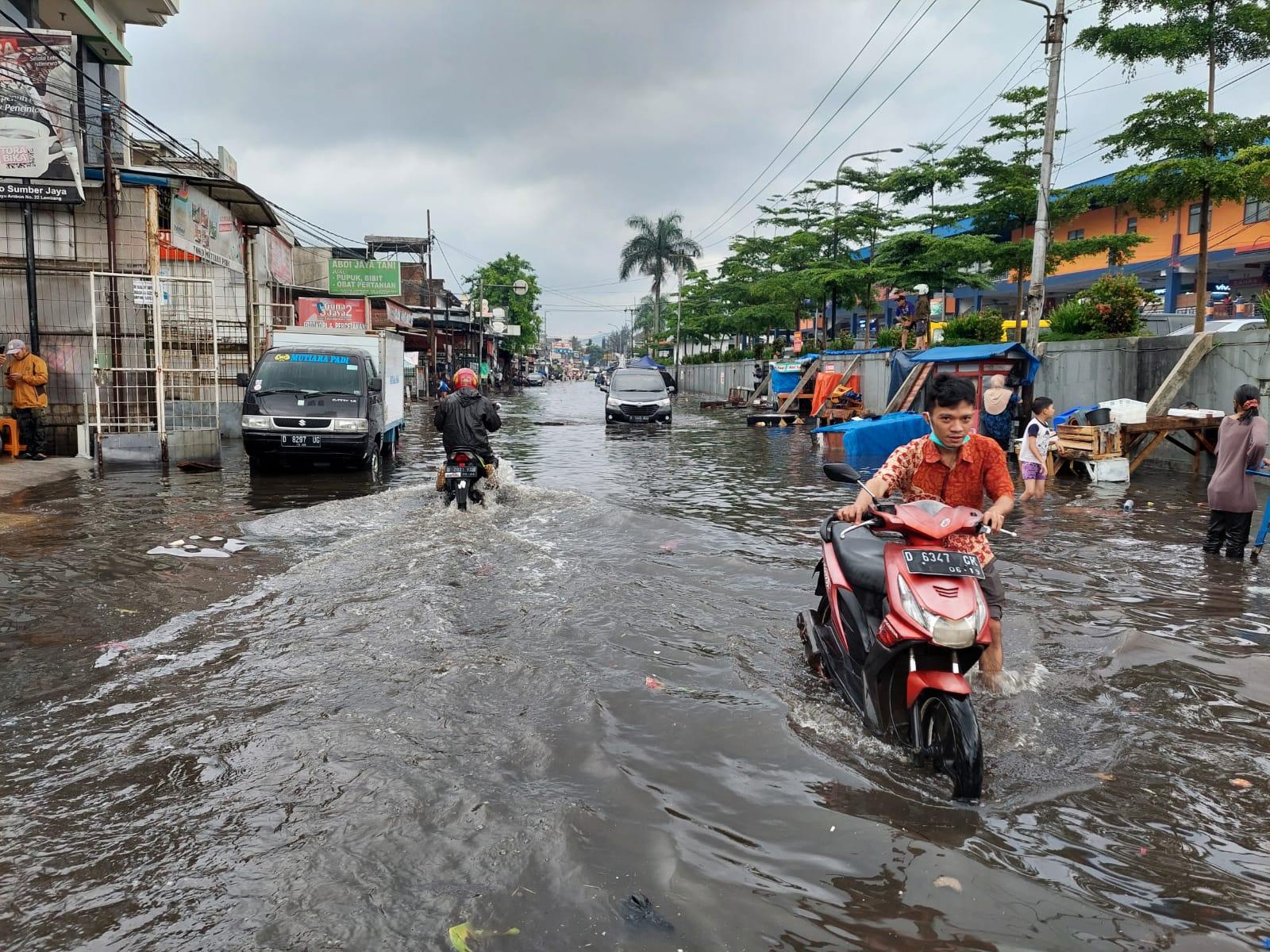 Banjir yang terjadi di depan Pasar Panorama Lembang beberapa waktu lalu.