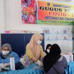 Kegiatan vaksinasi di Kecamatan Cimanggis, Depok, Jumat (15/10).