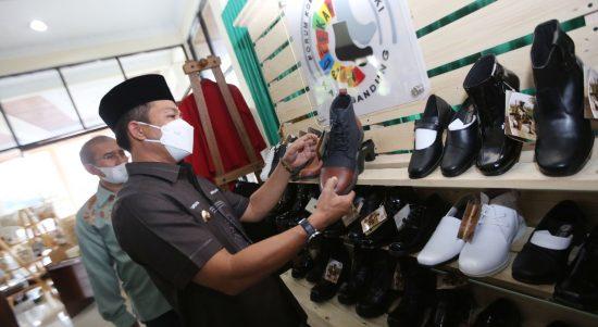 Dalam upaya untuk melakukan Pemulihan Ekonomi Nasional (PEN), gerakan ekonomi kreatif sangat dibutuhkan didalam kondisi pandemi Covid-19. Hal tersebut dikatakan Bupati Bandung, Dadang Supriatna saat di konfirmasi, Jumat (15/10).
