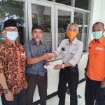 Secara simbolis uang DTH dari BPBD diserahkan Kasi Kedaruratan dan Logistik BPBD Kabupaten Sumedang, Asep Ramdani (masker oren) kepada korban longsor.