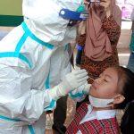 Dinkes Kota Bandung saat melakukan sampling Swab PCR di salah satu sekolah yang melaksanakan PTM. (Foto: Sandi Nugraha)