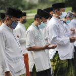 Momen para santri sedang berdoa saat sedang mengikuti upacara peringati hari santri di Apel Lapangan Pemkot Cimahi, Jumat (22/10)(Intan Aida/Jabar Ekspres)