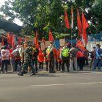 Suasana unjuk rasa yang dilakukan mantan karyawan PT. Soko Lancar tepat didepan pintu gerbang masuk perusahaan, Senin (25/10). (Intan Aida/Jabar Ekspres)