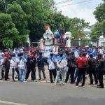 UNJUK RASA: Ratusan buruh melakukan aksi tuntutan kenaikan upah tahun 2022 di depan kantor Wali Kota Cimahi, Jalan Rd. Demang Hardjakusumah.