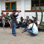 Kepala Desa Tenjolaya, Mamad (berdiri) saat berikan arahan kepada perangkat dan satgas Covid-19 Desa Tenjolaya. (Istimewa)