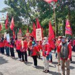 Puluhan peserta unjuk rasa di depan Gedung DPRD Kota Cimahi, beberapa waktu lalu. (Intan Aida/Jabar Ekspres)