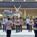 Kapolri Jenderal Polisi Listyo Sigit Prabowo bersama Panglima TNI Marsekal Hadi Tjahjanto saat memimpin penyaluran bansos dan vaksinasi di Sespim Pol Lembang.