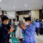 Plt Wali Kota Cimahi Ngatiyana saat meninggalkan tempat usai acara selesai, Kamis (28/10). (Intan Aida/Jabar Ekspres)