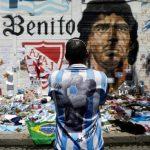 Seorang pria memandangi gambar legenda sepak bola Diego Armando Maradona sambil berduka atas kematiannya di depan stadion yang mengambil namanya di Buenos Aires, Argentina, Jumat (27/11/2020). ANTARA FOTO/REUTERS/Ricardo Moraes/HP/djo (REUTERS/RICARDO MORAES)