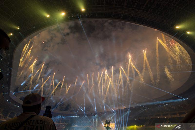 Pengunjung mengabadikan pesta kembang api dengan mengudakan ponsel pada pembukaan PON Papua di Stadion Lukas Enembe, Sentani, Kabupaten Jayapura, Papua, Sabtu (2/10/2021). ANTARA FOTO/M Agung Rajasa/YU