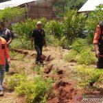 Pergerakan tanah di Kampung Cikekep, Desa Cidadap, Kecamatan Campaka, Cianjur, Jawa Barat, terus meluas dengan kedalaman mencapai 30 centimeter, sehingga warga diimbau waspada dan segera mengungsi, jika hujan turun deras, Jumat (1/10). ANTARA POTO. (Ahmad Fikri)