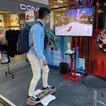 Pengunjung sedang mencoba games Virtual Skateboadd di area booth Honda Paris Van Java, Bandung