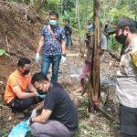 Petugas dari Unit Identifikasi Satreskrim Polres Tasikmalaya Kota dan Polsek Kadipaten melakukan olah TKP di lokasi penemuan jasad bayi, Minggu (24/10) siang. Foto: Radar Tasik