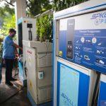 Pengemudi taksi mengisi daya mobil listrik di Stasiun Pengisian Kendaraan Listrik Umum (SPKLU) PLN di Mal Tangcity, Kota Tangerang, Banten, Selasa (3/11/2020). ANTARA FOTO/Fauzan/hp. (ANTARA FOTO/FAUZAN)