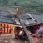 Satu tiang listrik menimpa rumah warga di Desa Margamekar, Kecamatan Sumedang Selatan, Kabupaten Sumedang pada Kamis (21/20). (Istimewa)